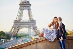Beaux couples affectueux se reposant près de Tour Eiffel à Paris Images stock