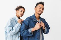 Beaux couples africains frais dans des chemises de denim posant ensemble Photos stock