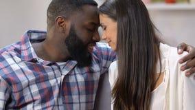 Beaux couples aimés se penchant tendrement des têtes et montrant le grand coeur de papier banque de vidéos