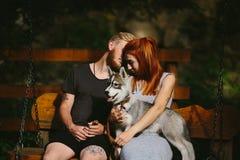 Beaux couples ainsi que le chien sur une oscillation Photo stock