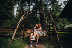 Beaux couples ainsi que le chien sur une oscillation Photos stock