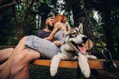 Beaux couples ainsi que le chien sur une oscillation Photographie stock libre de droits