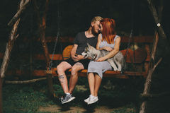 Beaux couples ainsi que le chien sur une oscillation Photos libres de droits