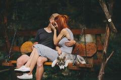 Beaux couples ainsi que le chien sur une oscillation Images stock