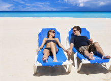 Beaux couples appréciant des vacances de plage Images stock