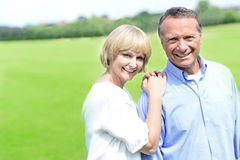 Beaux couples appréciant leur jour  Photos stock