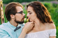 Beaux couples atteignant entre eux d'avance Photo stock