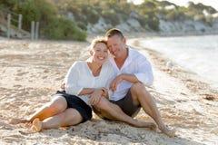 Beaux couples attrayants dans l'amour se reposant sur la plage en vacances d'été romantiques Photographie stock libre de droits