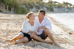 Beaux couples attrayants dans l'amour se reposant sur la plage en vacances d'été romantiques Image libre de droits