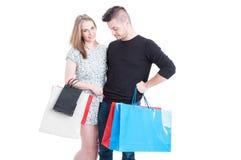Beaux couples aux achats payant avec la carte de débit Images stock