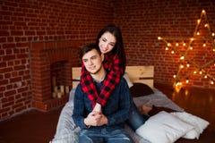 Beaux couples ayant l'amusement, souriant et étreignant à la maison Le jeune homme et la femme ont plaisir à passer le temps ense Photos libres de droits