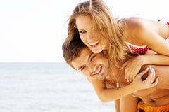 Beaux couples ayant l'amusement sur le bord de la mer Photographie stock libre de droits