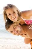 Beaux couples ayant l'amusement sur le bord de la mer Images stock