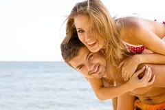 Beaux couples ayant l'amusement sur le bord de la mer Photo libre de droits