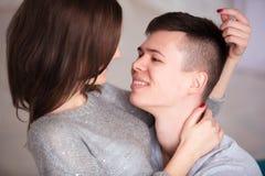 Beaux couples ayant le grand temps et étreignant à la maison images stock