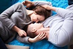 Beaux couples ayant le grand temps et étreignant à la maison Vue supérieure Photographie stock libre de droits