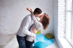 Beaux couples ayant le grand temps et l'embrassant à la maison photographie stock