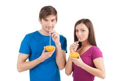 Beaux couples buvant du jus d'orange Images libres de droits