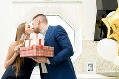 Beaux couples célébrant le jour de valentines images libres de droits