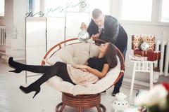 Beaux couples célébrant le réveillon de Noël avec les cadeaux actuels Image libre de droits
