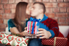 Beaux couples célébrant le réveillon de Noël avec les cadeaux actuels Photo libre de droits