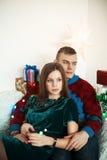 Beaux couples célébrant le réveillon de Noël avec les cadeaux actuels Photographie stock
