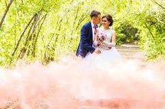Beaux couples caucasiens juste mariés et dansants leur première danse photos stock