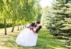 Beaux couples caucasiens juste mariés et dansants leur première danse image libre de droits