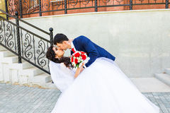 Beaux couples caucasiens juste mariés et dansants leur première danse images stock