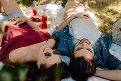 Beaux couples détendant sur un pique-nique Photo libre de droits