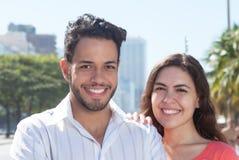 Beaux couples d'amour dans la ville Photographie stock