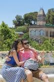 Beaux couples d'amour se reposant sur un banc en parc Guel, Barcelone, Espagne Photos stock
