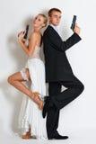 Beaux couples d'espion dans la robe de soirée avec armes à feu Photo stock