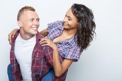 Beaux couples d'isolement sur le gris Image libre de droits