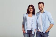 Beaux couples dans des jeans Images libres de droits
