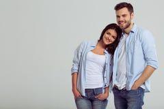 Beaux couples dans des jeans Image stock