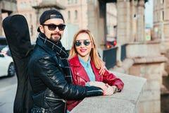 Beaux couples dans des lunettes de soleil sur le pont dans la ville Style de roche Couples dans l'amour Photographie stock