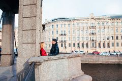 Beaux couples dans des lunettes de soleil sur le pont dans la ville Style de roche Couples dans l'amour Photo stock