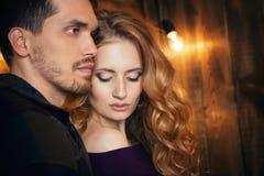 Beaux couples dans l'amour étreignant dans la perspective du glowi Photos stock