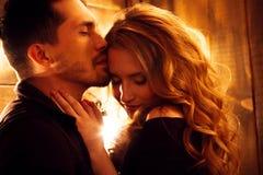 Beaux couples dans l'amour étreignant dans la perspective du glowi Photographie stock libre de droits