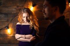 Beaux couples dans l'amour étreignant dans la perspective du glowi Photographie stock
