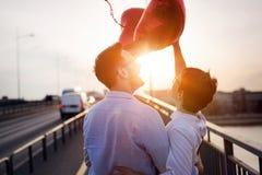 Beaux couples dans l'amour au coucher du soleil étreignant et datant Image libre de droits