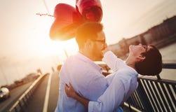 Beaux couples dans l'amour au coucher du soleil étreignant et datant Images libres de droits