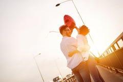 Beaux couples dans l'amour au coucher du soleil étreignant et datant Photo stock