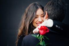 Beaux couples dans l'amour avec une rose photos stock