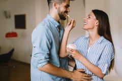 Beaux couples dans l'amour ayant l'amusement à la maison Images stock