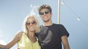 Beaux couples dans l'amour ayant l'amusement pendant le jour ensoleillé Photographie stock libre de droits