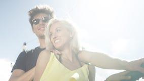 Beaux couples dans l'amour ayant l'amusement pendant le jour ensoleillé Image stock