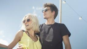 Beaux couples dans l'amour ayant l'amusement pendant le jour ensoleillé Images libres de droits