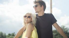 Beaux couples dans l'amour ayant l'amusement pendant le jour ensoleillé Photos libres de droits